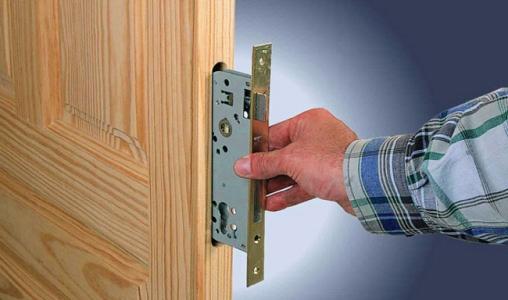 vrezka-zamka-v-mezghkonatnuyu-dver