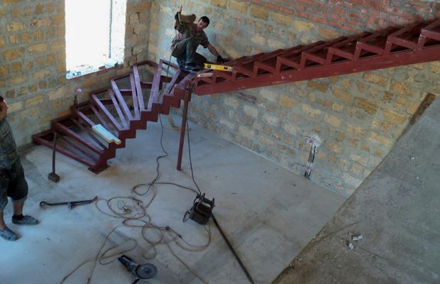 Лестницу из металлопрофиля